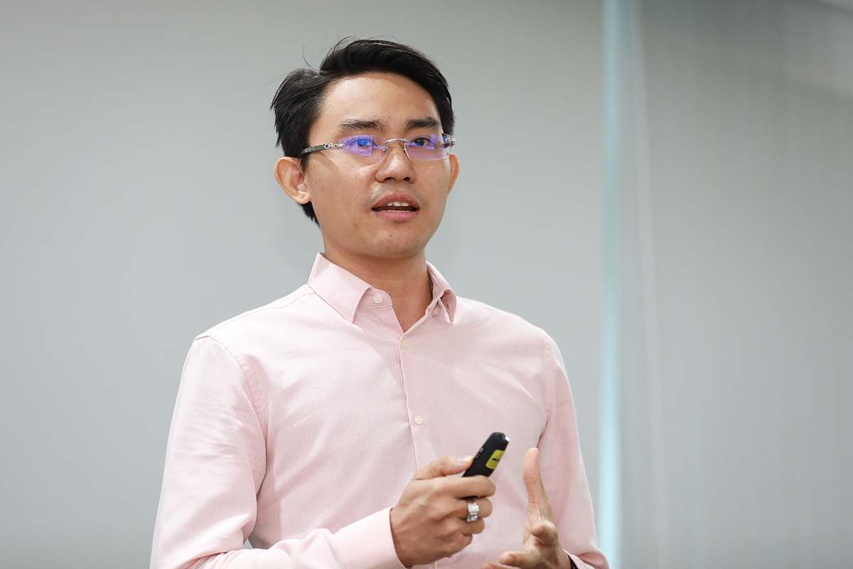 Đại diện CNV Loyalty thuyết trình về mô hình, chiến lược kinh doanh của công ty. Ảnh: Hữu Khoa.
