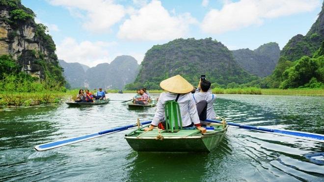 Du khách thăm quan Ninh Bình. Ảnh: Techinasia.