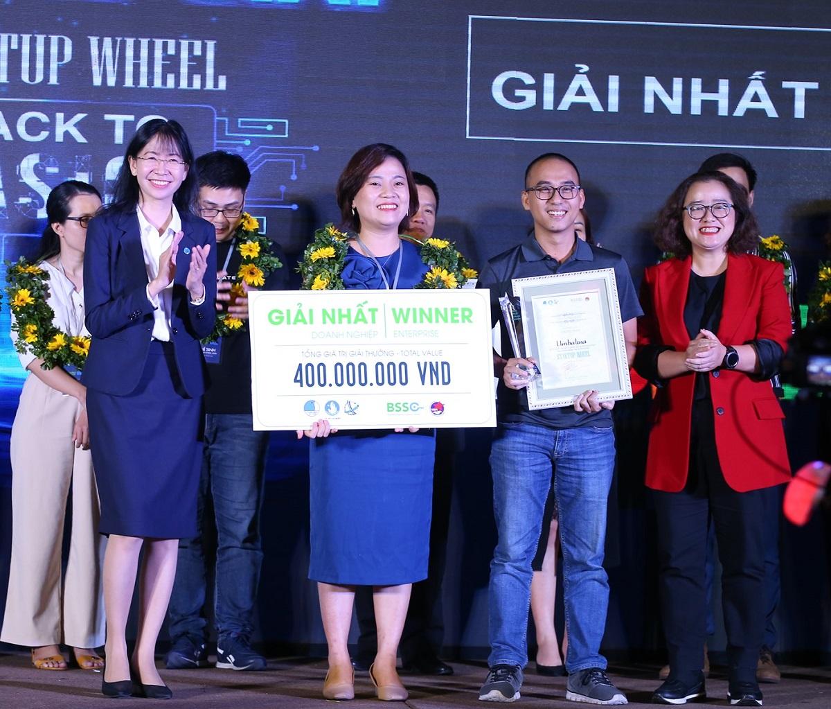 Đồng sáng lập Umbalena Lê Thị Cẩm Trinh và Nguyễn Việt Thắng nhận giải thưởng 400 triệu đồng từ ban tổ chức. Ảnh: Startup Wheel.