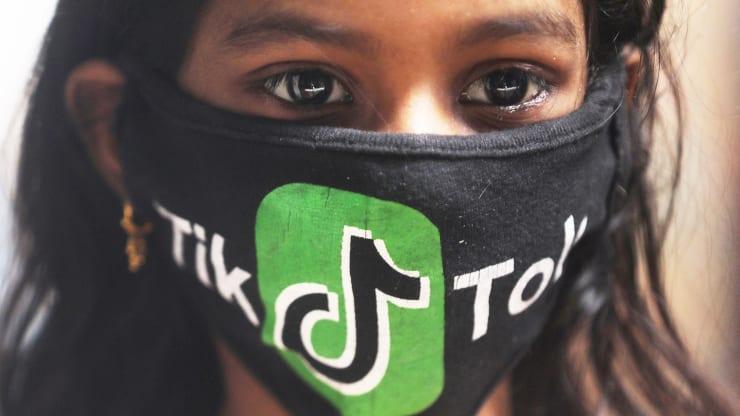 Cô gái đeo khẩu trang có logo TikTok ở Mumbai, Ấn Độ hôm 1/7. Ảnh: Francis Mascarenhas - Reuters.