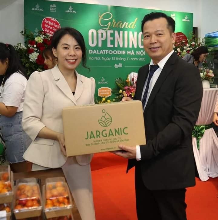 CEO Đỗ Phan Hoàng Sương và Shark Nguyễn Thanh Việt. Ảnh: Dalat Foodie.