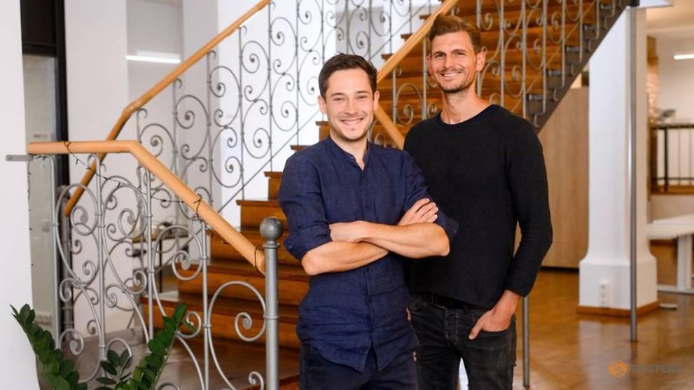 Lars Staebe (trái) và Josef Vollmayr (phải), tại trụ sở chính của công ty ở Munich (Đức) vào ngày 22/9. (Ảnh: Limehome GmbH/Reuters)